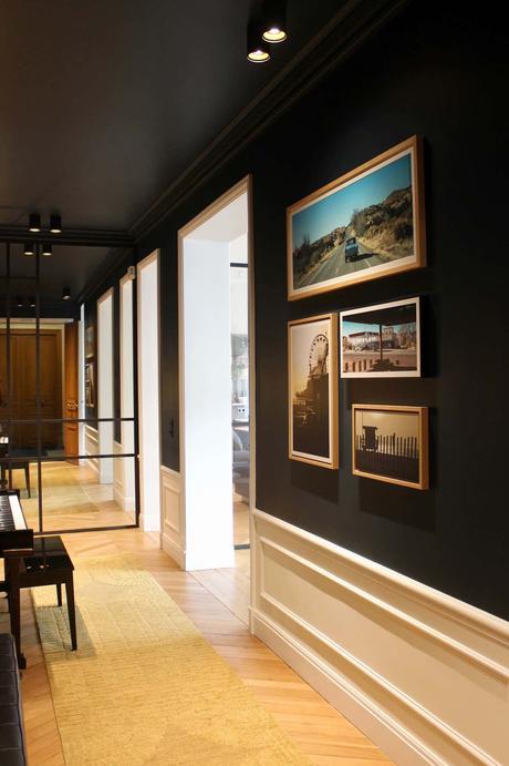 couloir noir appartement parisien plafond peinture noire parquet chevron - blog déco clem around the corner