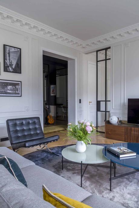 architecture Véronique Cotrel salon fauteuil Barcelona Knoll table basse gigogne gubi plateau rond verre