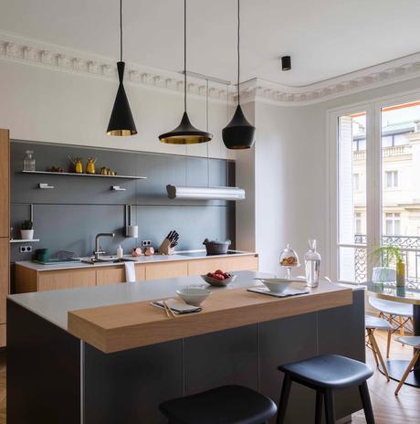 cuisine ouverte noire mat bois plan travail marbre table rond Véronique Cotrel