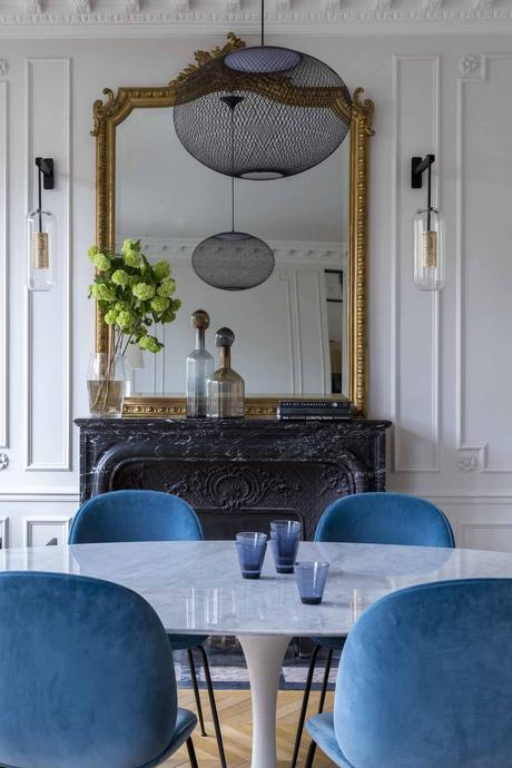 salle à manger décoration Paris Véronique Cotrel cheminée ancienne miroir doré table ronde tulip marbre