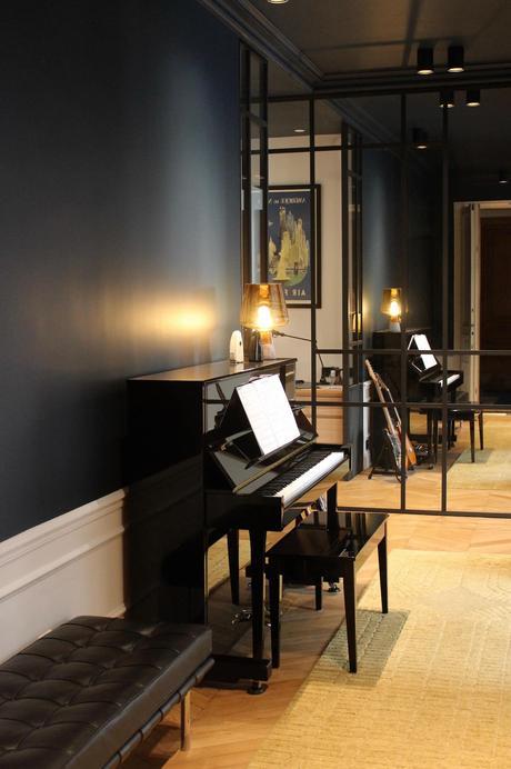 couloir noir piano banc cuir noir matelassé Barcelona knoll architecture intérieur Véronique Cotrel
