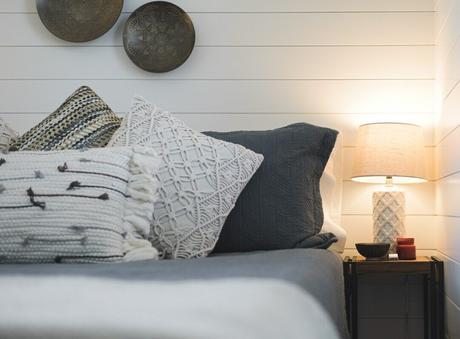 chambre lit coussin dépareillé assortiment déco bohème beige grise