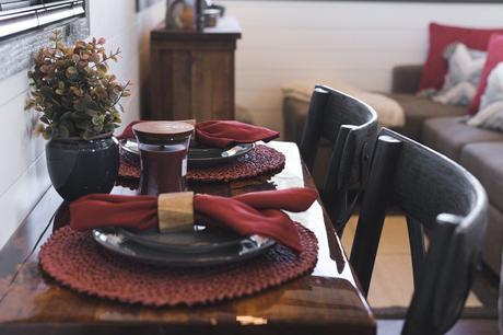 table automne vaisselle assiette noire decor rouge brique terracotta