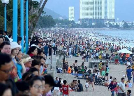 Nha Trang - plage bondée des vacnciers vietnamiens