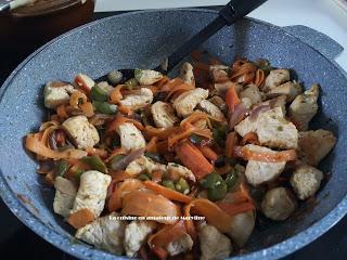Tagliatelles de carottes , mange-tout et poulet