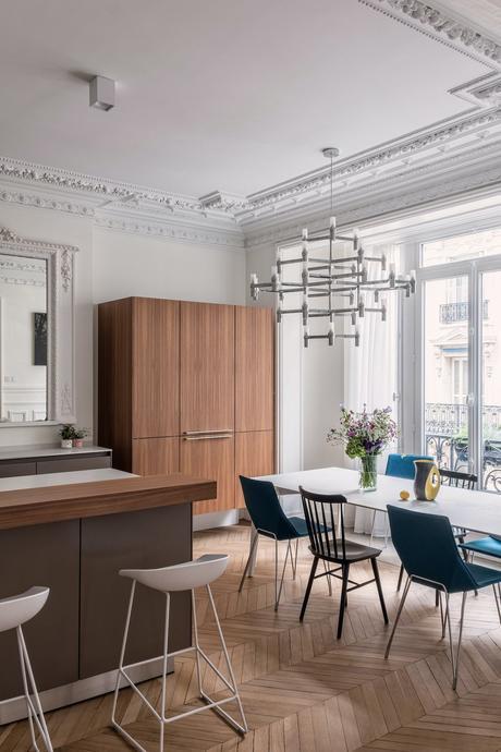 parisian style décoration intérieur cuisine ouverte salle à manger grise mat taupe chaises dépareillées