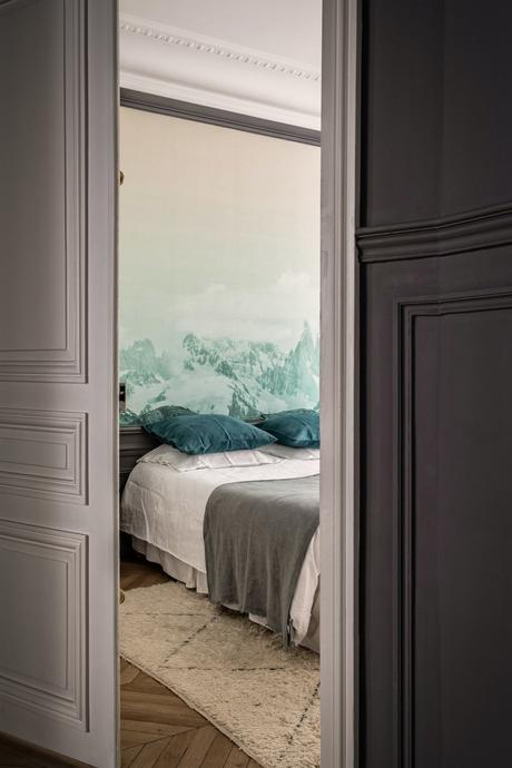 parisian style haussmann chambre soubassement moulure parquet tête de lit papier peint aquarelle montagne