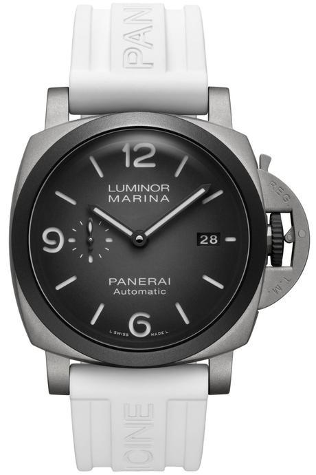 Un bracelet technique en caoutchouc blanc, le premier à adopter la personnalisation luminescente « Officine Panerai », est fourni avec chaque montre