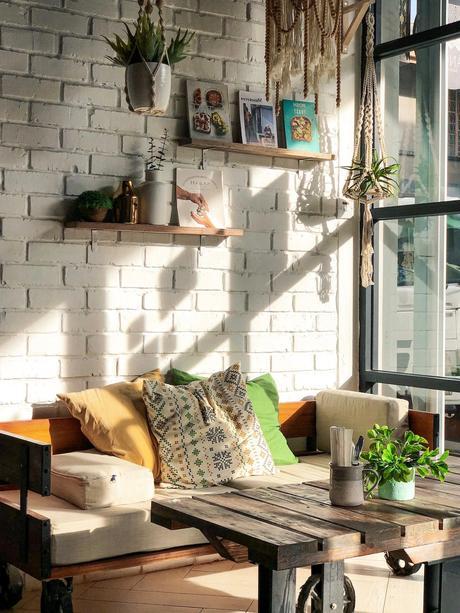 salon style industriel mur briques blanches table basse roulette