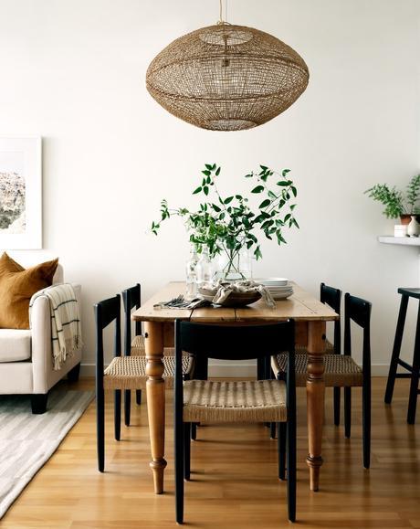 salle à manger table de ferme ancienne style campagne chaise noir bois cannage suspension corde