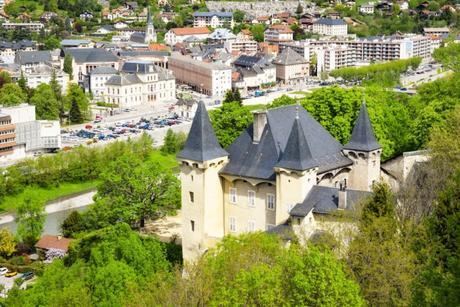 Le château Manuel de Locatel (Conflans) qui domine Albertville © French Moments