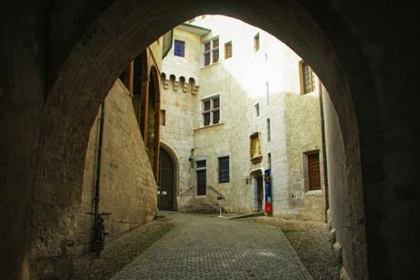 L'entrée du château des ducs de Savoie à Chambéry © French Moments