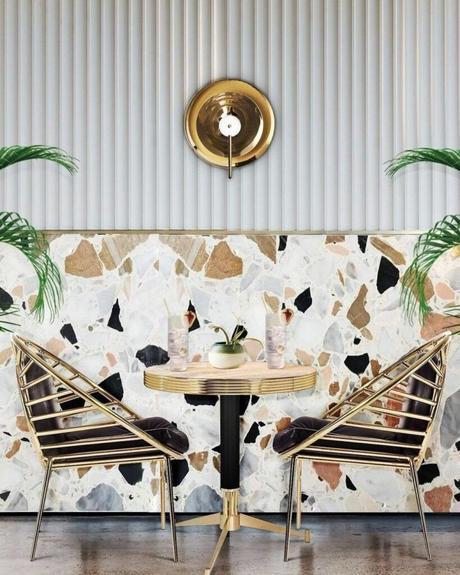 restaurant art déco mid-century mur terracotta chaise dorée