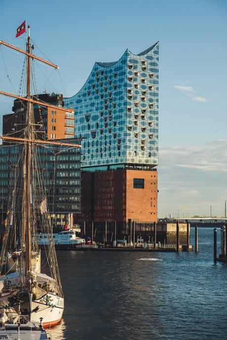 architecture moderne design hambourg facade brique rouge verre zone portuaire