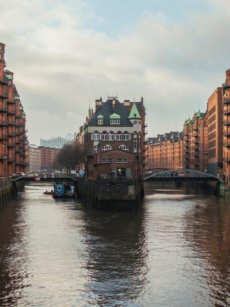 pont fer architecture extérieure immeuble rouge toit gris vert lac blog déco