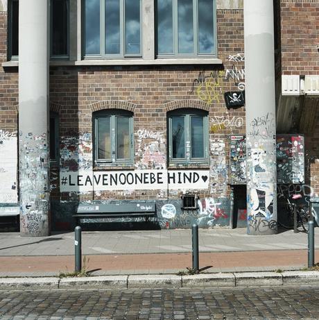 ruelle murs briques sticker autocollant street art graffiti