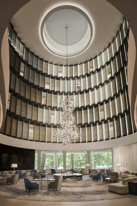 salon hôtel chic élégant beige bleu spacieux rond lustre blog déco