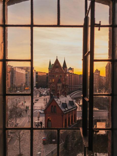 fenêtre fer carreau immeuble rouge rue pavés