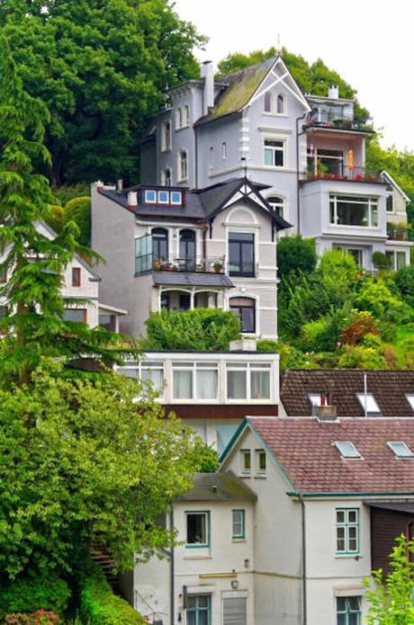 colline maison villa crépis gris bleuté balcon moulure