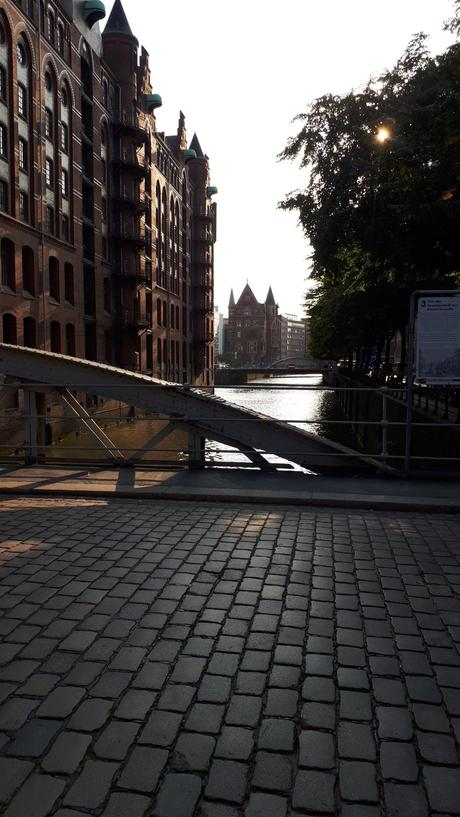 ruelle pavé bâtiment briques rouges ponts fer gris hambourg