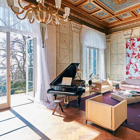 inspiration déco intérieure maison hambourg chic tapis violet piano lustre