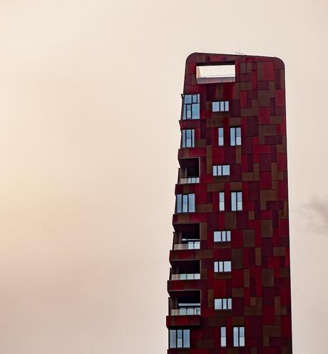 long haut immeuble rectangle rouge bordeaux marron mince fenêtre