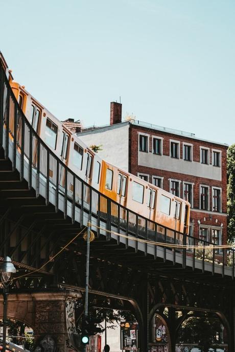 train berlin jaune transport déco architecture outdoor