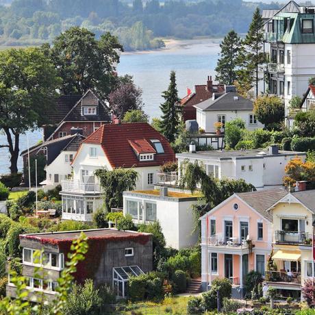 paysage mer lac villas blanche rose jaune toit rouge