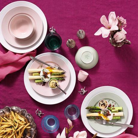 coquetier rose pâle table printanière assiette ronde bouquet de fleurs