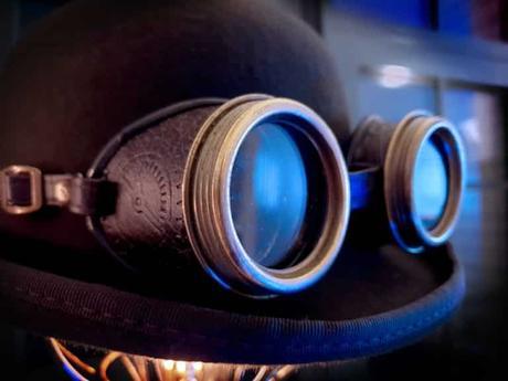 Une paire de lunettes de soudure sur un chapeau haut de forme est un accessoire indispensable à un mariage style steam punk