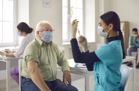 Prioriser les personnes les plus âgées et les plus vulnérables, non pas parce que ces personnes sont les plus à risque d'infection mais aussi d'hospitalisation seulement, mais aussi parce que c'est plus simplement un plus grand nombre de vie sauvées (Visuel Adobe Stock 400130175).