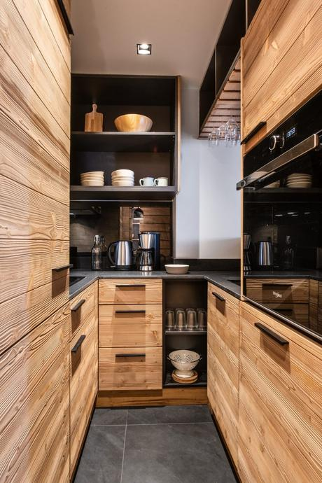 mini cuisine u longueur couloir style montagne petit appartement familial à Val d'Isère
