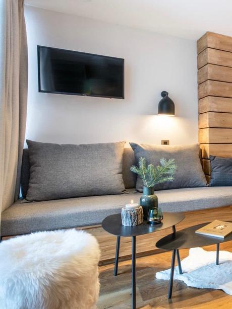 salon montagne style chalet scandinave canapé coffre bois gris vase branche sapin