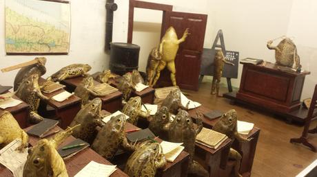 Je découvre l'existence d'un musée de Taxidermie, dans la ville de Split en Croatie, surnommé FroggyLand et dédié à une collection rare de grenouilles empaillées et disposées en scènes de la vie quotidienne... Cocasse que cela se trouve en CROÂtie