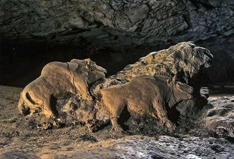 Les fantastiques bisons sculptés de la Grotte du Tuc d'Audoubert, conçus il y a près de 14000 ans!