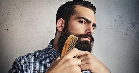 homme se peignant la barbe