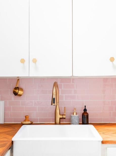 blog déco clematc mur brique rose évier carré robinet laiton plan de travail bois chevron
