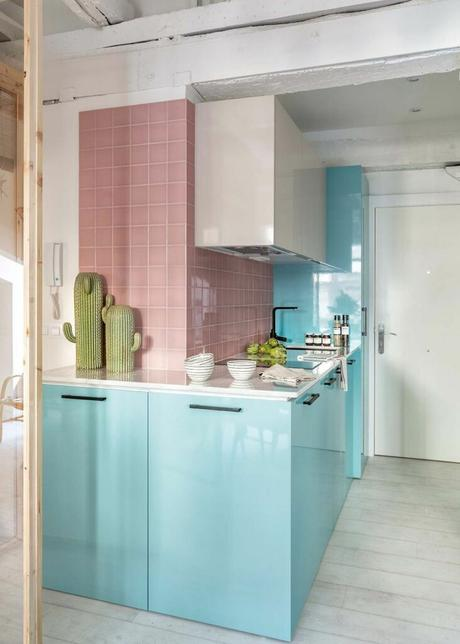 cuisine pastel ouverte mobilier bleu mur carrelage rose parquet blanc déco californienne blog clematc