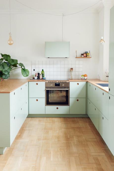 cuisine en longueur sol parquet mobilier vert pastel carrelage blanc