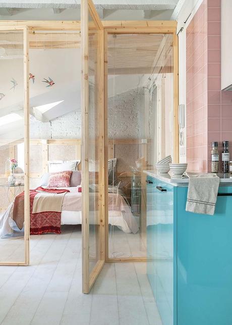 cuisine pastel ouverte bleu rose porte en verre parquet bois lamé blanc