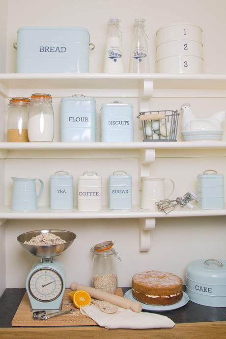blog déco idée rangement boite biscuit retro balance bocal bleu ciel blanc