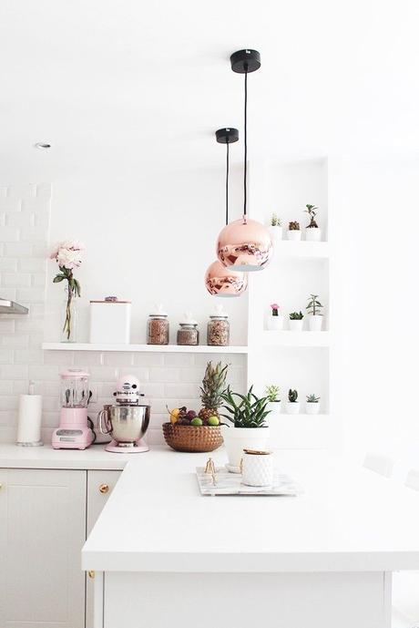 tendance déco suspension cuivré rose gold cuisine blanche lumineuse