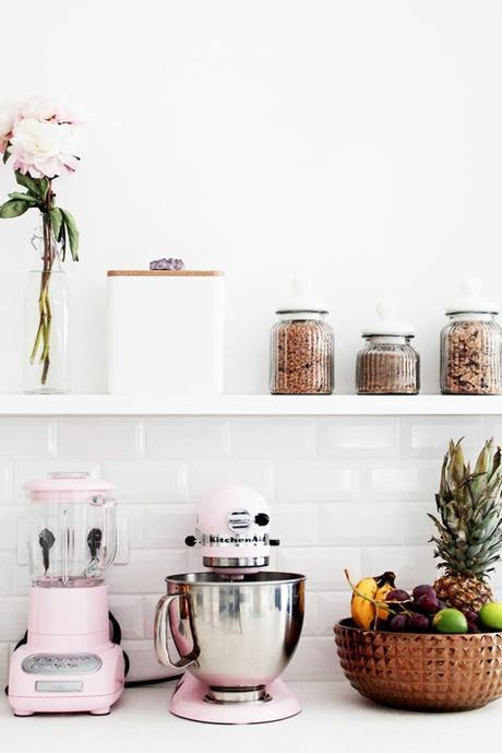 décoration intérieure mur carrelage blanc ustensile rose pastel