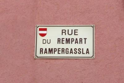 Plaque de rue bilingue à Ensisheim © French Moments