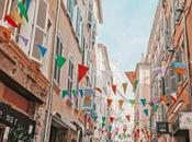 VOYAGE jouait touristes dans propre ville
