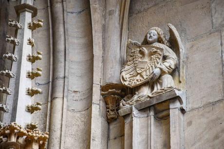 Le blason des Habsbourg sur le portail occidental de la Collégiale de Thann © French Moments