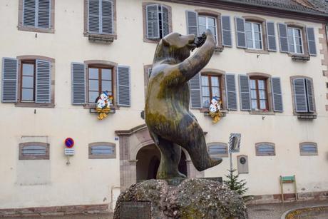 La statue de l'ours d'Andlau à la grappe © French Moments