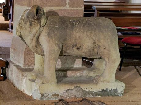 L'ours en grès (crypte de l'église) © Ralph Hammann - licence [CC BY-SA 4.0] from Wikimedia Commons