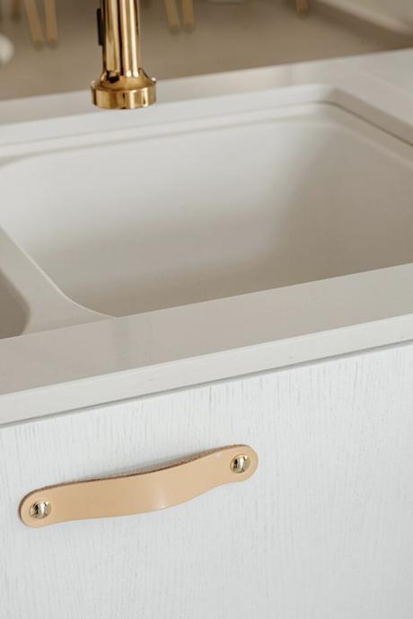 cuisine blanche meuble bois minimaliste poignée cuir naturel beige clair