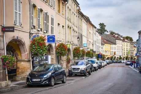 Remiremont - Les arcades fleuries de la Rue du Général-de-Gaulle © French Moments